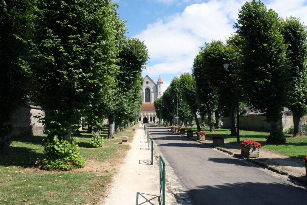 De laan naar de kloosterkerk van Pontigny