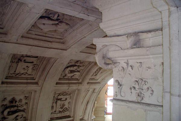 Detail van het plafond in Chambord met een salamander, het wapen van Frans I