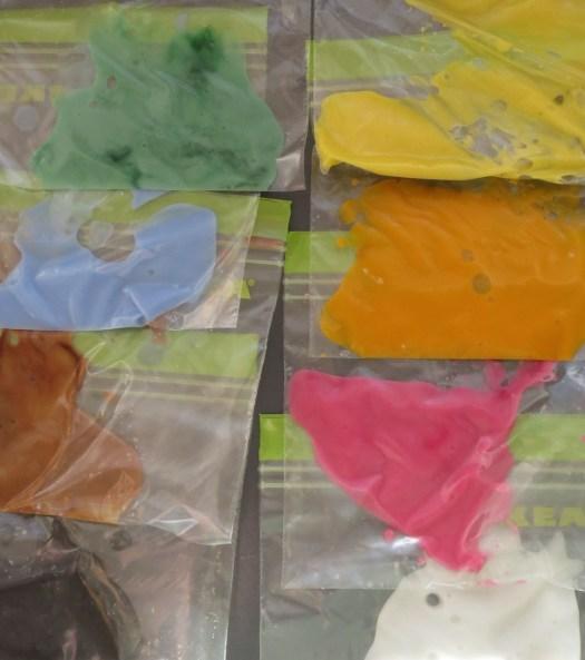 Glasur i  otte farver. Farverne er naturlige farvestoffer fra Chr. Hansen