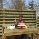 Kage 2 spises udenfor i sommehuset 11. april