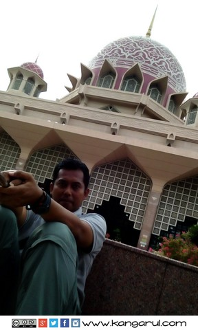 Duduk di Taman di Area Masjid Putra