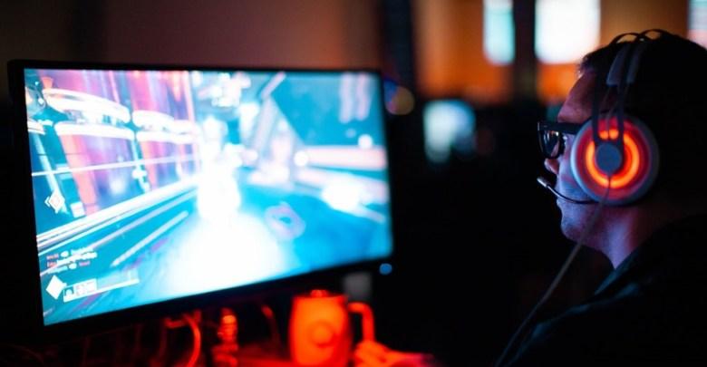 Moški igra računalniške igre,