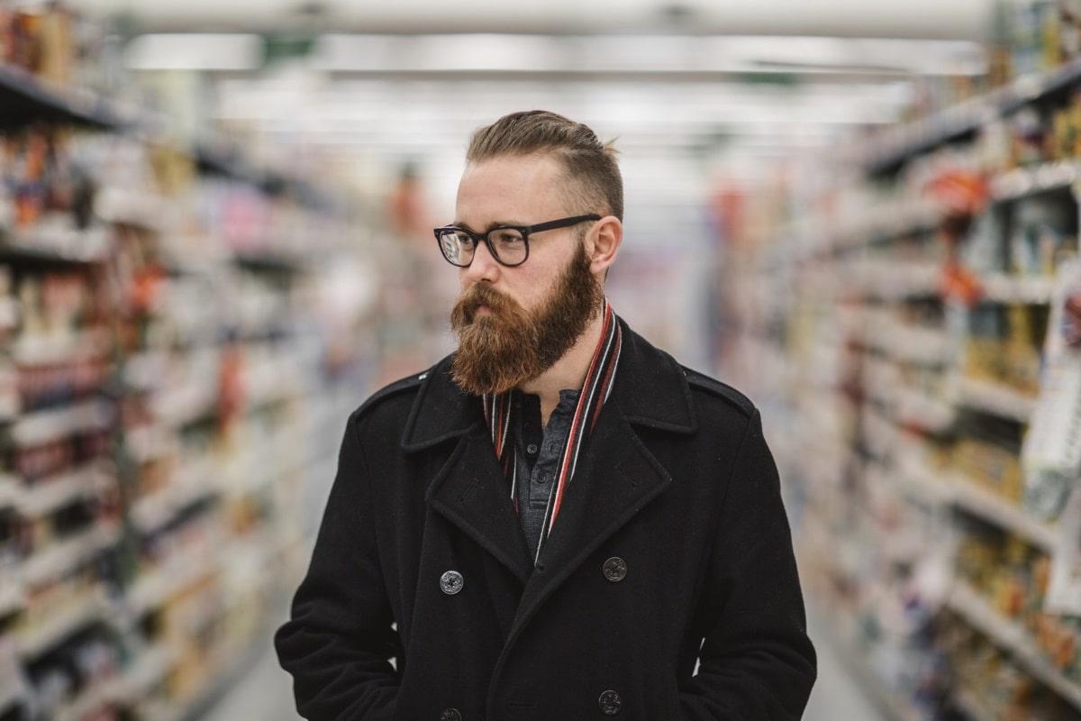 Hipster z brado in očali