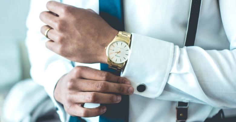 Moški z zlato uro