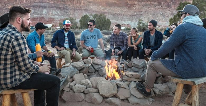 Skupina hipsterjev okoli ognjišča