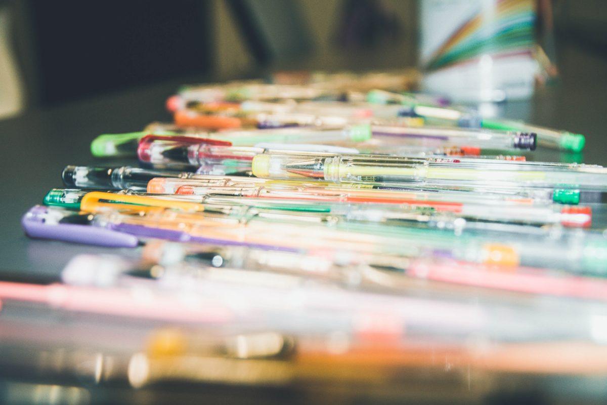 Se še spomniš svojega kompleta barvitih in bleščičastih gel pisal?