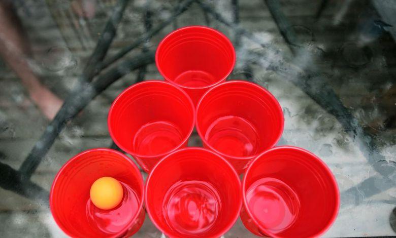 beer pong, pivska igra, igre za mlade, igre s pitjem, zabavne igre za mlade, chandelier, pijača, avalanche, flip cup, alkoholne igre, igre z žogico, igre s kocko, pivski ping pong,