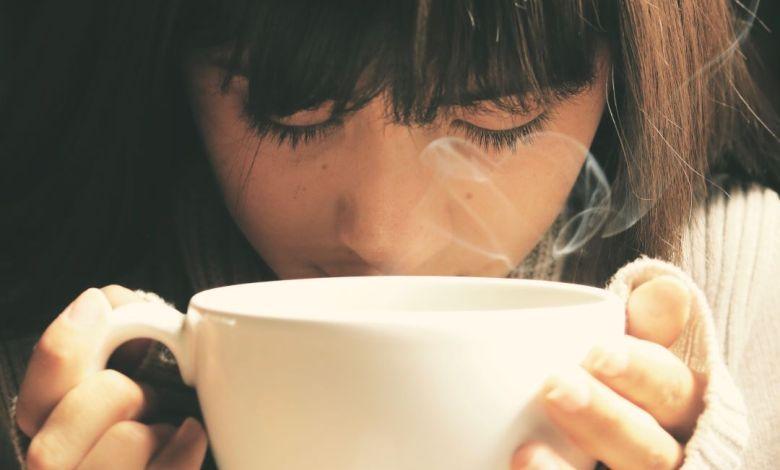 skodelica kave, pod stresom, ljubitelji kave, slabi učinki kave, učinki kave na telo, kofein, energijske pijače, kava in študij, piješ preveč kave, koliko kave lahko spijem na dan, slabe strani kave, kava in driska, odvajalni učinki kave, te lahko zaradi kave boli trebuh, pospešeno bitje srca, prevelike količine kofeina, koliko časa po pitju kave ne moreš spati, spati, trebuh