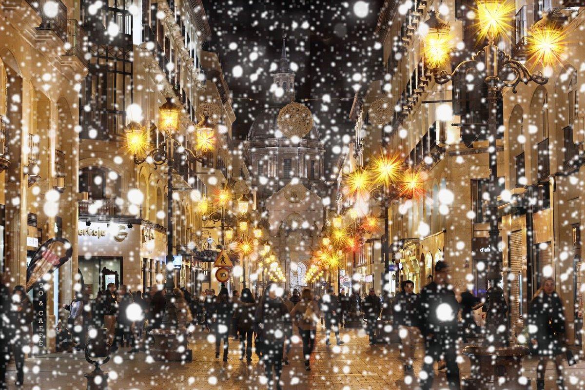 prazniki, december, veseli december, veseli prazniki, praznična gneča, gneča med prazniki, gneča nakupovanje, nakupovanje daril, darila, božična darila, gneča, prižig lučk, praznične lučke, kuhanček, kuhano vino, stroški, stroški z darili, stroški z nakupom daril, vožnja, previdna vožnja, vožnja v snegu, uživaj v prazničnem vzdušju
