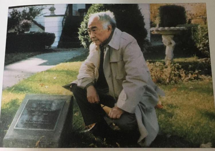1987年,汪曾祺在海明威故居。图:翻拍自人民文学出版社2018年版《汪曾祺全集》第十二卷