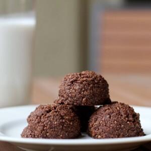(gluten-free, paleo) Chocolate Coconut Macaroons | www.downshiftology.com