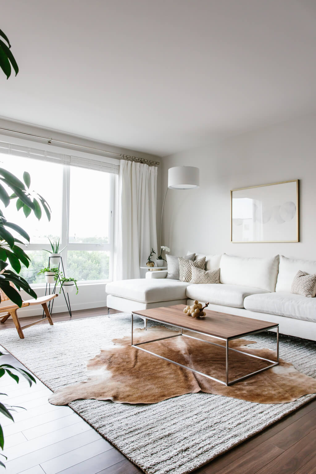 Take a tour of my modern and minimalist living room. My interior design style is a blend of minimalism, mid-century modern, Scandinavian and SoCal vibes.