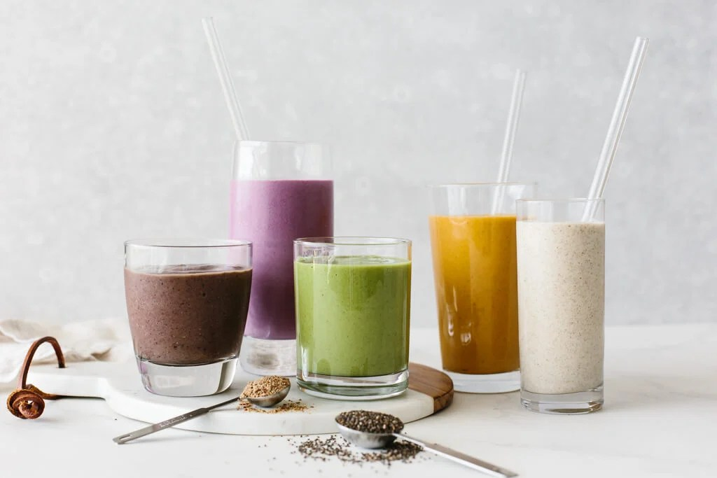 5 low sugar smoothies in glasses.