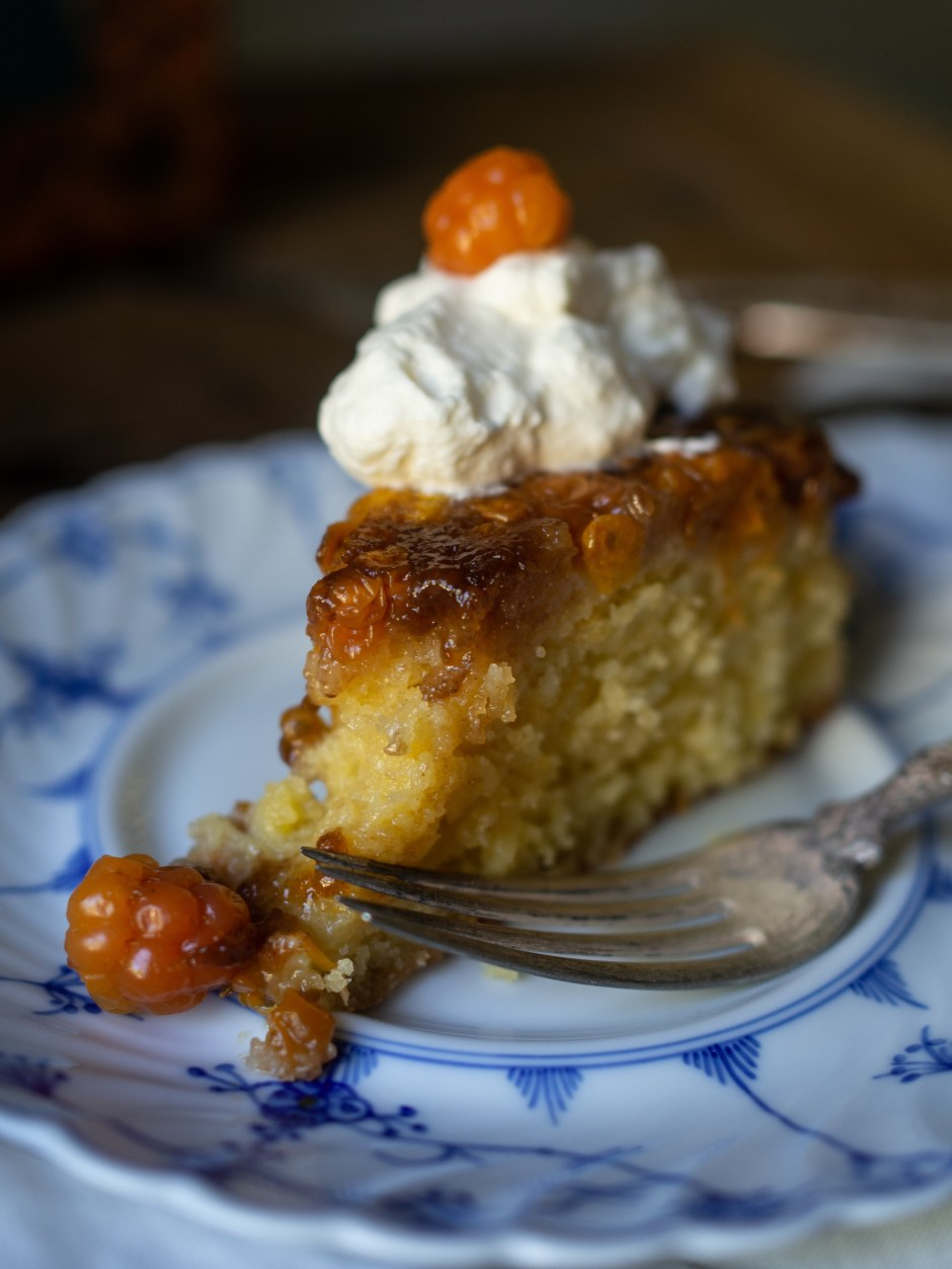 Cloudberry Upside Down Cake (multekake)