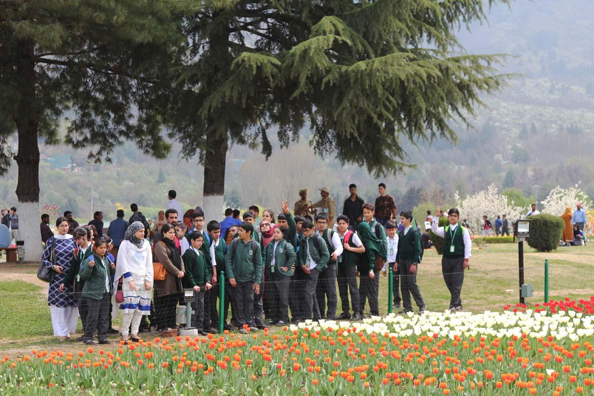 Sen Department Visits Tulip Garden