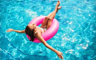 Dicas para proteger a pele e o cabelo do mar e da piscina