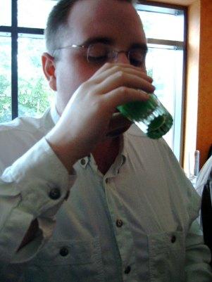 Und Priest macht auch mit bei der lustigen Drinkrunde