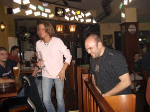 Im Pub bei Schleicher. Essen, Trinken, Spielen, Spaß haben