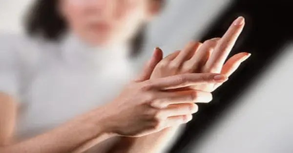 bayan, ağrıyı elini tutan blog resmi