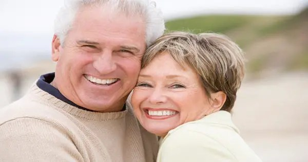 фотография блога пожилой пары, обнимающей и улыбающейся