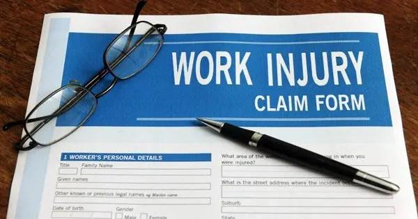 Imagem de blog de formulário de reivindicação médica com um par de óculos e uma caneta no topo