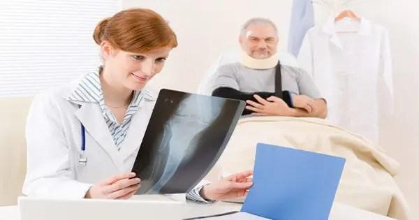 blog de imágenes de médico en busca de rayos x de paciente sentado en el fondo