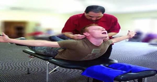 blog de imágenes del hombre que recibe terapia de red de quiropráctico