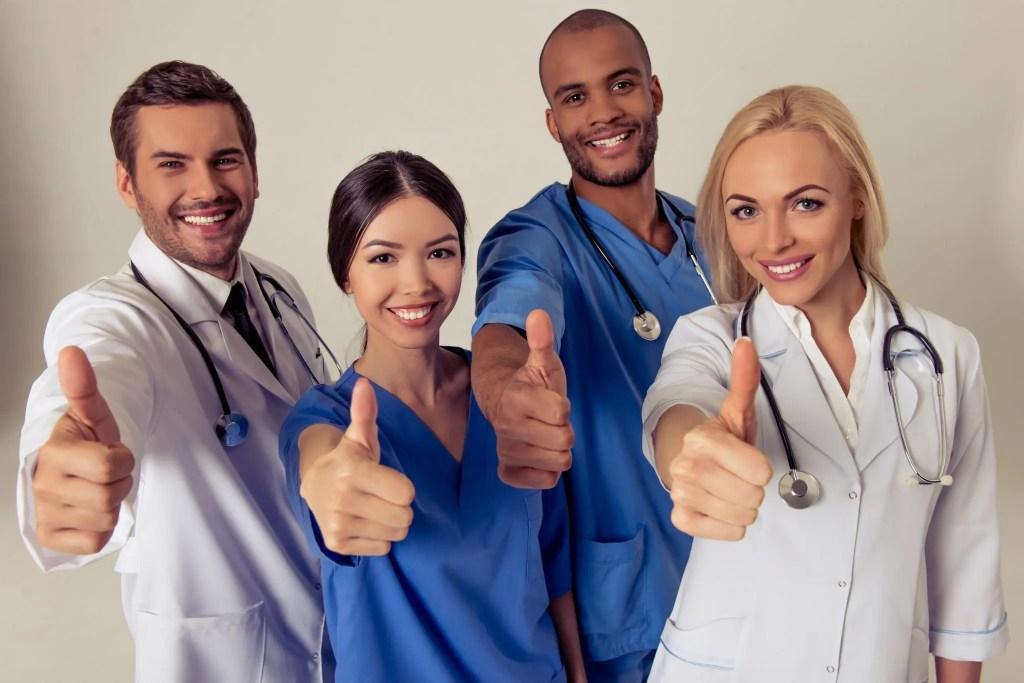 blog di medici sorridendo con i loro pollici in su