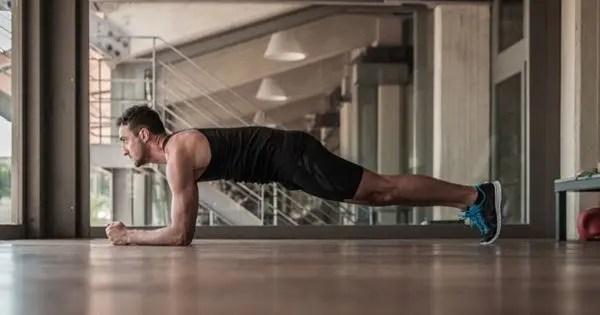 blog de imágenes del hombre haciendo flexiones básicas en su apartamento
