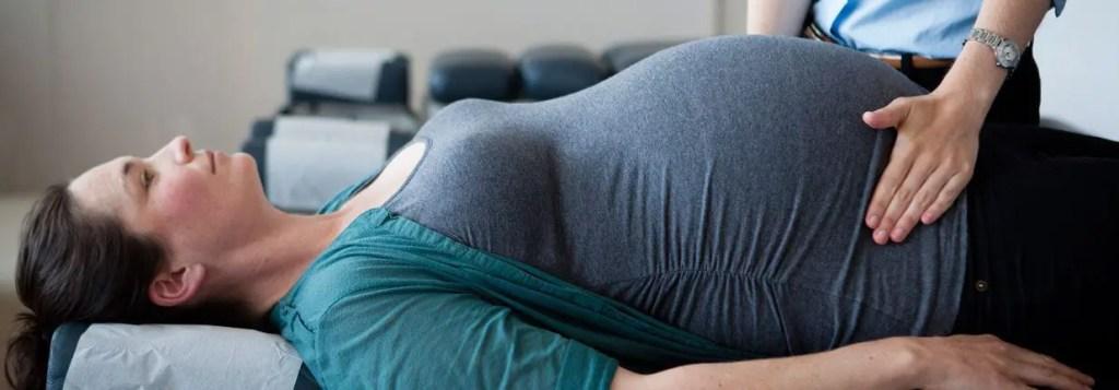 foto del pantano de la mujer embarazada que es controlado por quiropráctico