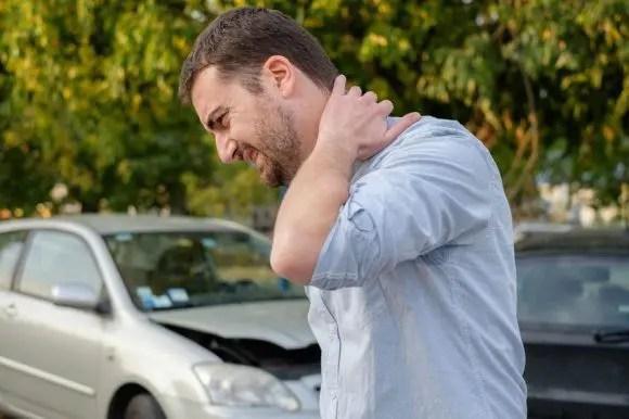 изображение блога человека в автомобильной катастрофе с хлыстовыми симптомами