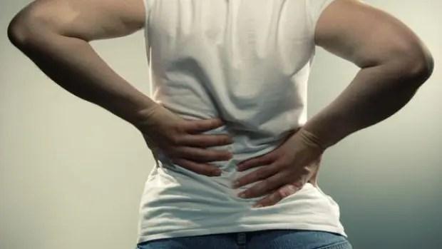 blog di un uomo che afferra la schiena nel dolore