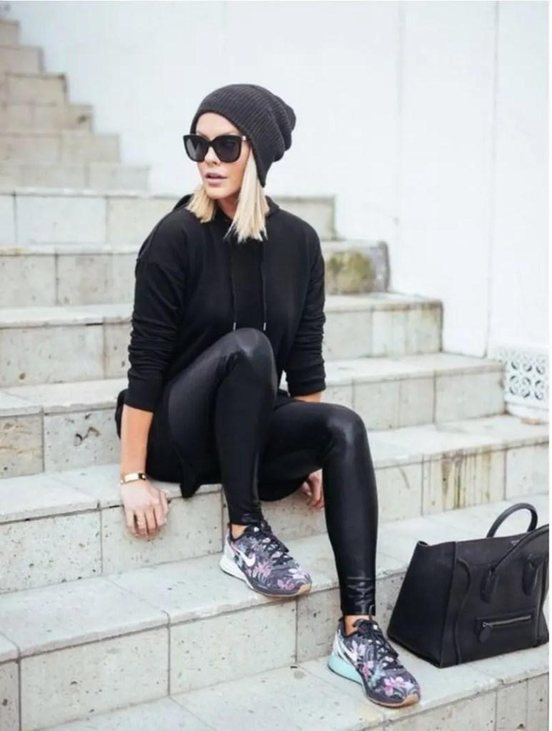 леди, сидя на ступеньках с теннисной обуви