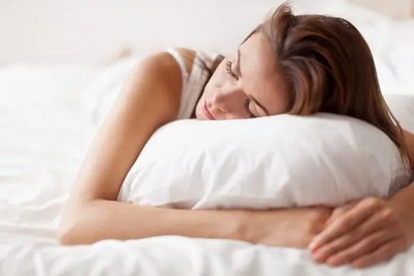 mujer en una posición para dormir para el dolor de espalda
