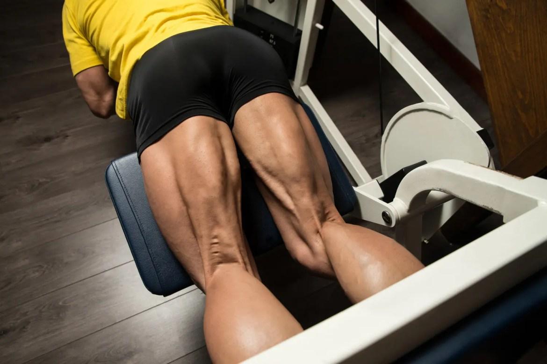 culturista haciendo ejercicio pesado para los isquiotibiales de las piernas