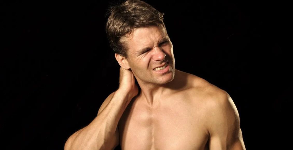 atlet pria menderita sakit leher akut