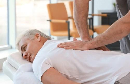 Imagen de un hombre viejo que recibe terapia de masaje para mejorar su migraña | El Quiropráctico El Paso, TX