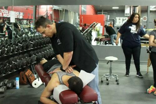 Dr Jimenez che usa la cura chiropratica sul paziente