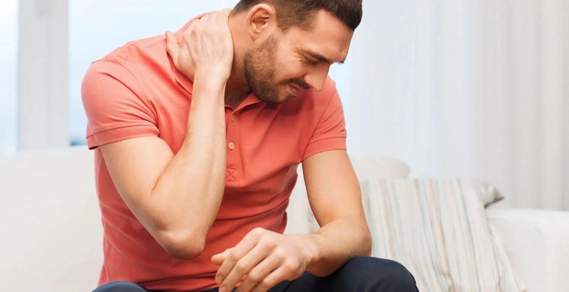 El hombre se masajea el cuello debido al dolor en el cuello.