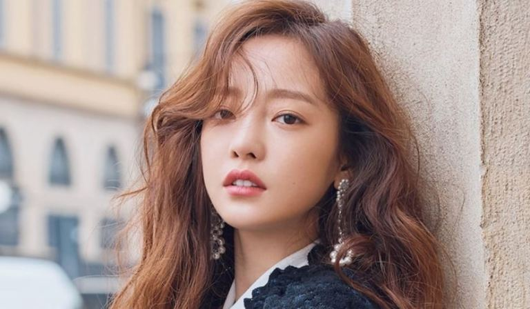 Kpop Idol Hara rescued from a suicide attempt in her home