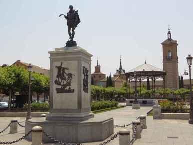 Plaza de Cervantes - Estatua de Cervantes