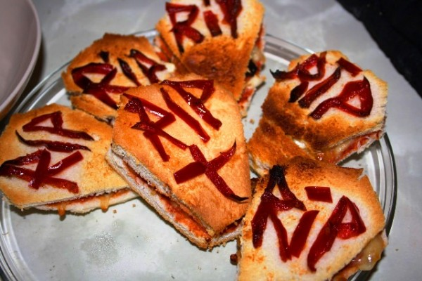 receta-divertida-sandwichs-de-ataud-para-halloween-600x400