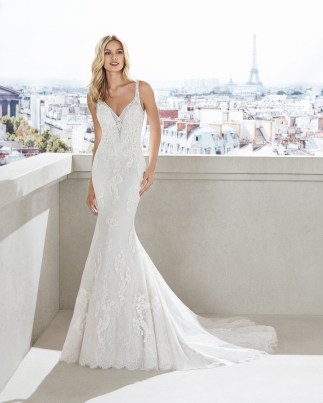 VENECIA Mermaid-style wedding dress in beaded lace. V-neckline and appliquéd skirt. Available in natural.