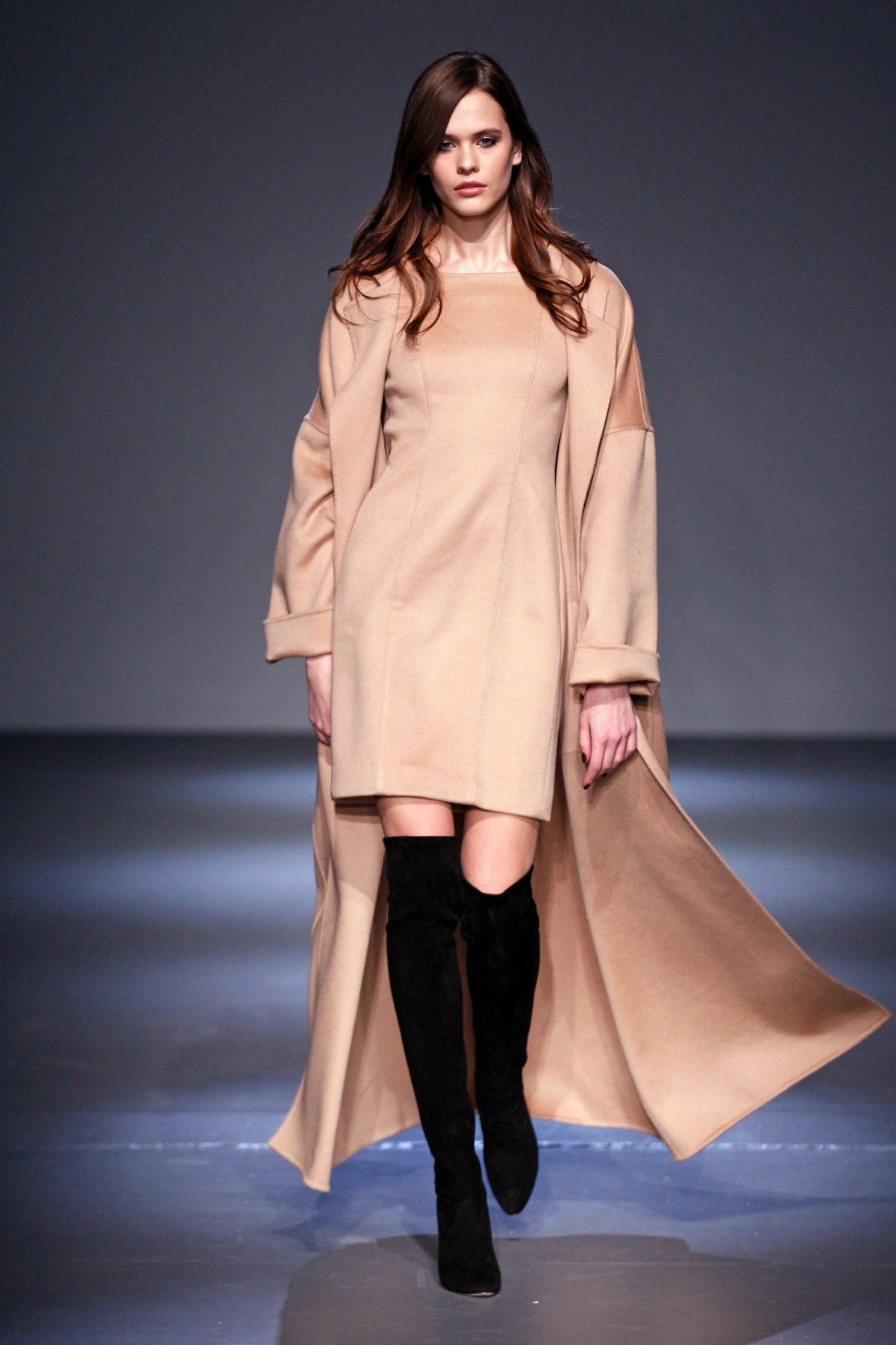 Pamella Roland Fall 2018 Runway I Camel Cashmere Coat and Sheath Dress #NYFW #FallFashion