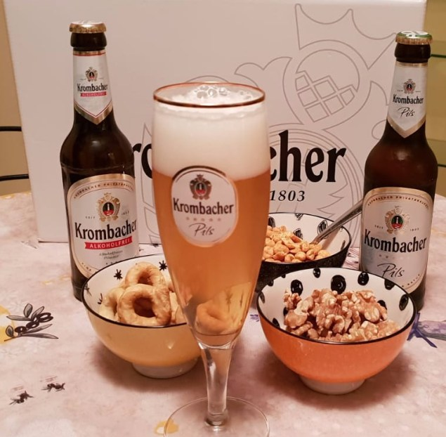 Momento dell'aperitivo con  Krombacher la birra più venduta in Germania