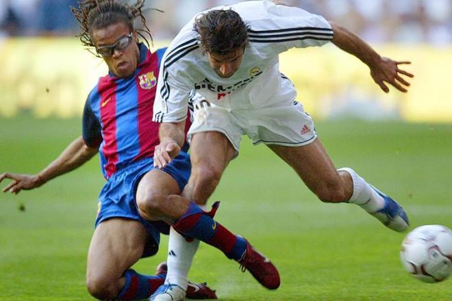 Davids tackler Figo. Barça vandt sæsonens anden El Clasico 2-1. Kilde: https://www.dreamteamfc.com