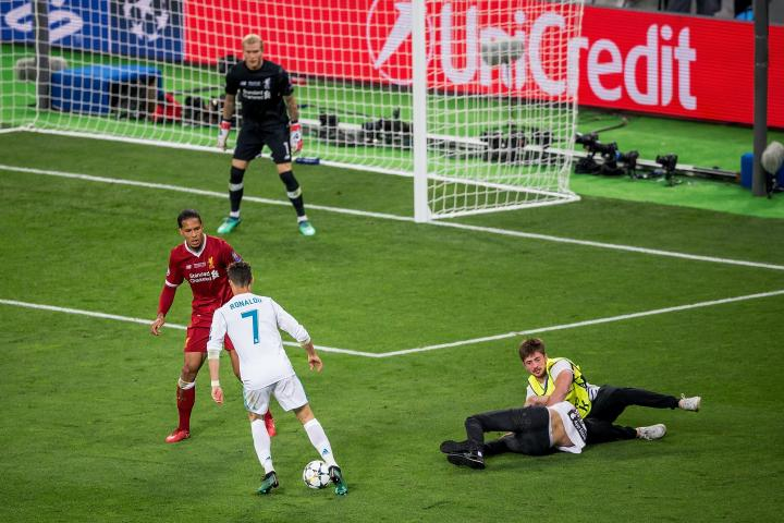 Un invasore di campo durante Real Madrid - Liverpool | numerosette.eu