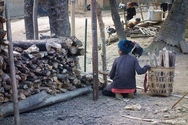 Laos_Huay-Bo_woman-wood