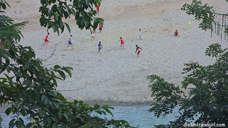 Laos_Luang-Prabang_football-riverside