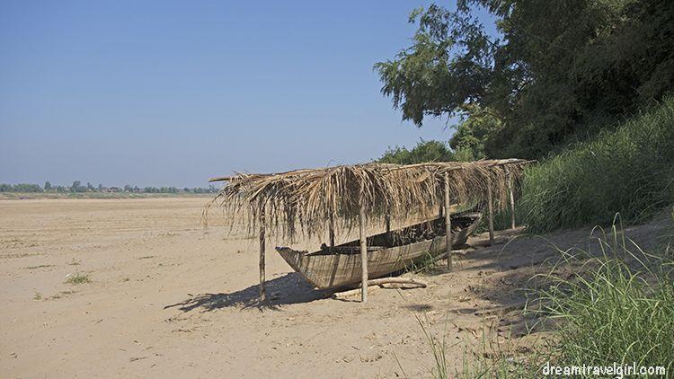 Cambodia_Kratie_Koh-Trong_boat-beach